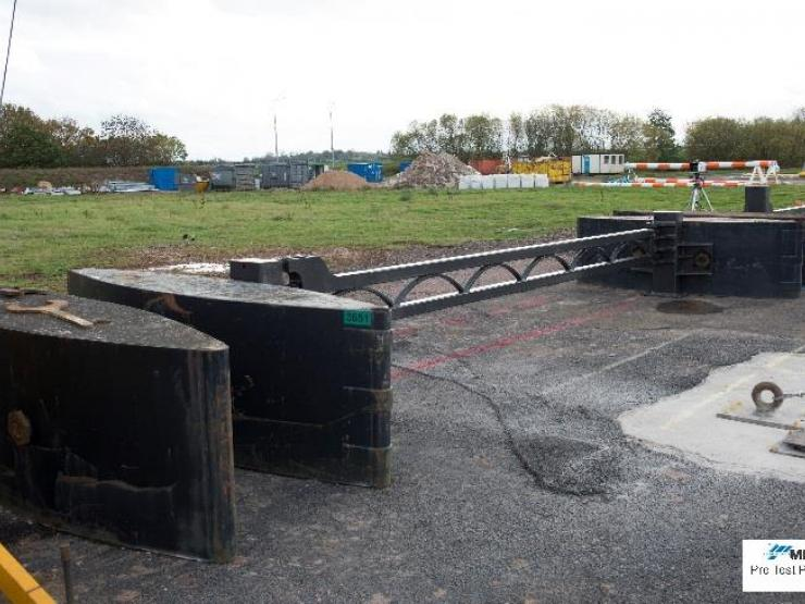 Temporary gate between barges